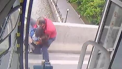 广州公交司机回忆扑救轻生母子:用尽全力抱住,当时很惊险